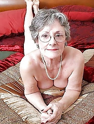 Racy old strumpet is posing totally undressed